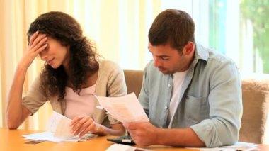 夫妇挣扎出他们的帐户进行排序 — 图库视频影像