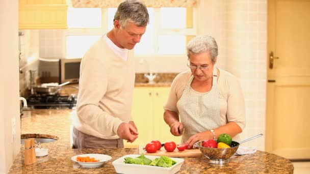 Pareja cocinando juntos — Vídeo de stock