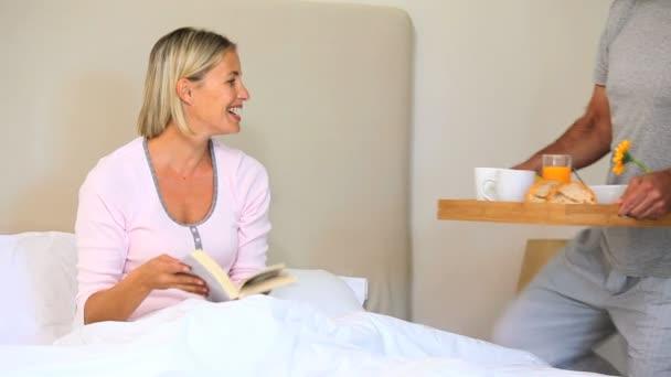 Hombre trayendo el desayuno de su esposa en la cama — Vídeo de stock