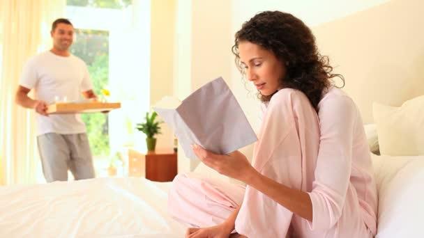 Hombre trayendo el desayuno en la cama a su esposa — Vídeo de stock