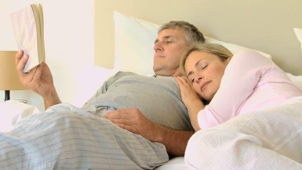жена спит фото и видео