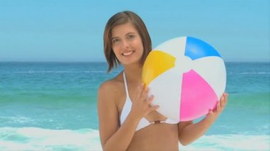 Attractive woman playing with a beach ball — Stock Video