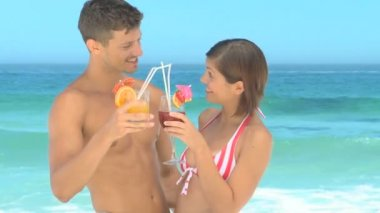 Hoş bir çift sahilde kokteyl içme — Stok video