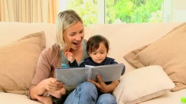 Mother and baby looking at picture book — Stock Video