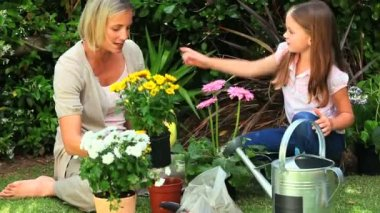 Mãe com a filha de jardinagem — Vídeo Stock