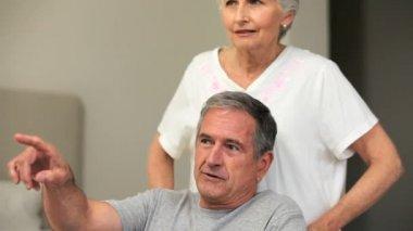 Volwassen vrouw praten met echtgenoot in rolstoel — Stockvideo