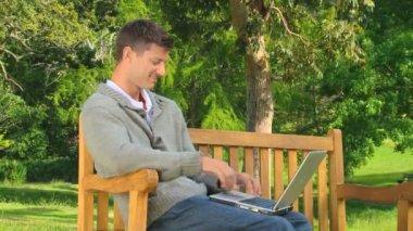 他的笔记本上聊天的年轻人 — 图库视频影像