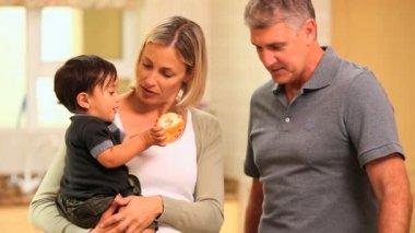 Pareja con bebé en cocina — Vídeo de Stock