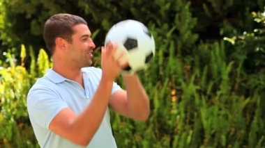 Syn dává svého otce, fotbal a objetí — Stock video
