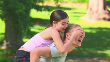 Young girl on her mother's back — Stock Video