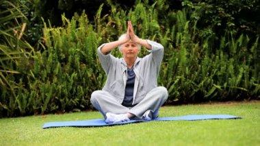 Mature woman doing yoga — Stock Video