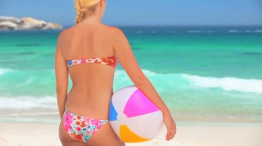 Blonde woman standing looking at the sea — Stock Video