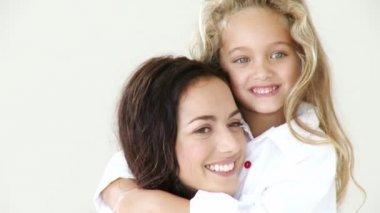 Mère avec sa fille souriant à la caméra — Vidéo
