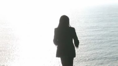 崖の崇拝の女性 — ストックビデオ