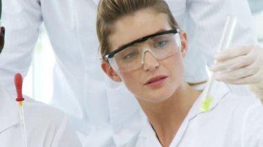 Tres químicos con una sonda — Vídeo de stock