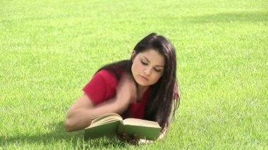 Vrouw in park lezing — Stockvideo