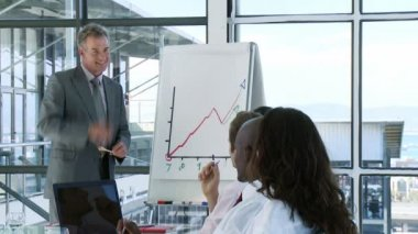 CEO in a businessmeeting explaining with a White-board — Stock Video