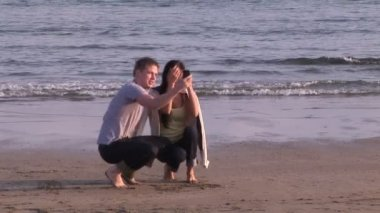 Two people together on the beach — Vídeo de stock