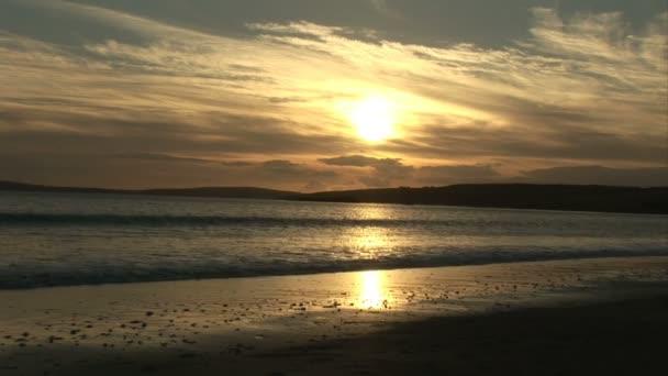 Una pareja caminando por la playa — Vídeo de stock
