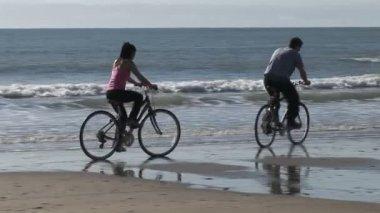 Couple on Beach — Stock Video