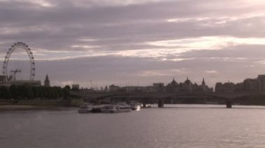 London City and Thames River — Stok video