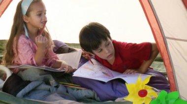 Twee kinderen in het spelen van de tent — Stockvideo