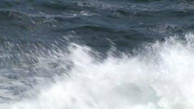 Wellen brechen gegen die irische Küste — Stockvideo