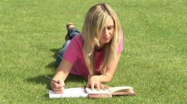 屋外勉強していた少女 — ストックビデオ