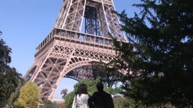 Looking at Eiffel Tower in Paris — Stock Video