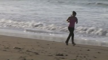 Frau joggen am strand — Stockvideo