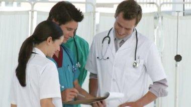 Equipo multinacional hospital — Vídeo de Stock