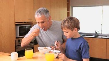 Pai e filho, tomando seu café da manhã — Vídeo stock
