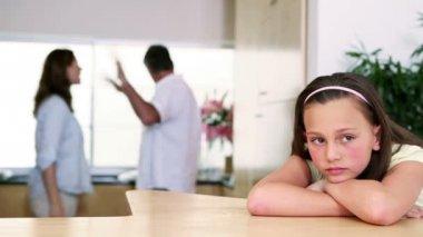 ребенок слушает ее родители ссор — Стоковое видео