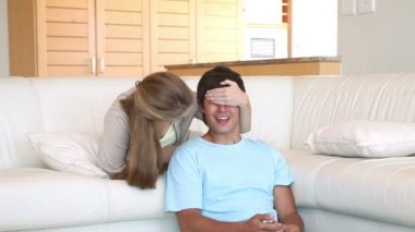 Femme offre un cadeau à son mari — Vidéo