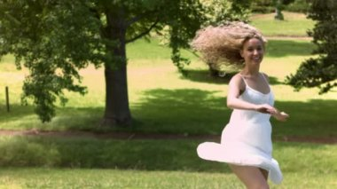 Blonde dancing in slow motion — Stock Video