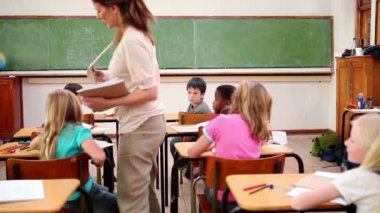 Teacher handing out homeworks — Stock Video