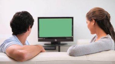 Jeune couple je regarde la télévision — Vidéo