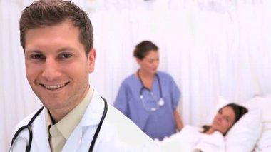 доктор стоя перед его пациент — Стоковое видео