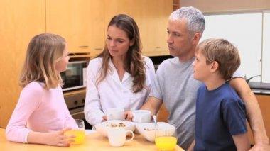 Família feliz, tomando seu café da manhã — Vídeo stock