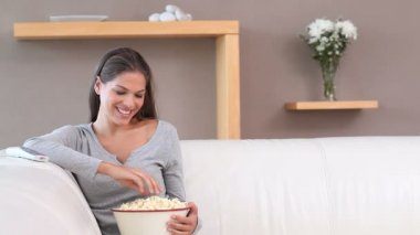 Woman eating popcorn — Video Stock