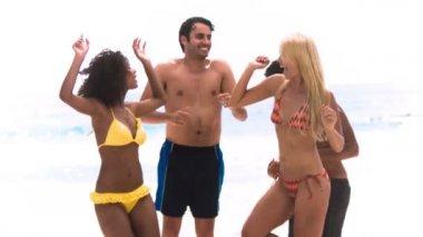 スローモーションで踊りの友人 — ストックビデオ