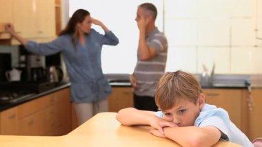 слушать его ссорившиеся родителей по уходу за детьми — Стоковое видео