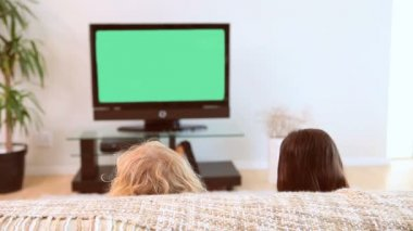 Siblings watching the television — Stock Video
