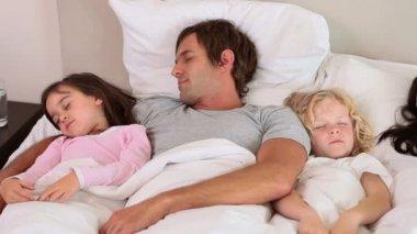 Мирные семьи спать — Стоковое видео