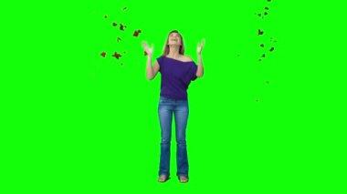 женщина, стоящая в замедленном движении под падающие листья — Стоковое видео