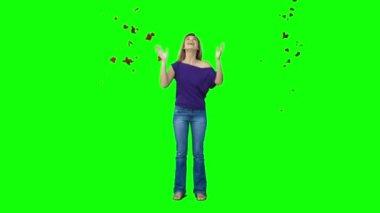 落ち葉の下にスローモーションで女性の地位 — ストックビデオ