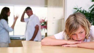 маленький мальчик, слушая его родители ссор — Стоковое видео