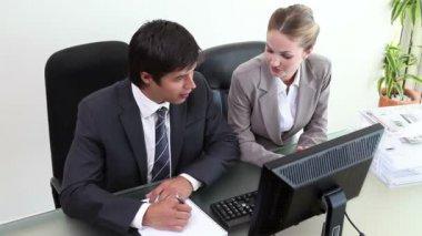Hommes d'affaires travaillant ensemble — Vidéo