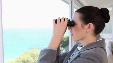 Affärskvinna som tittar genom en kikare — Stockvideo