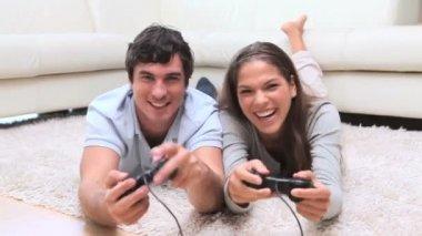 Gelukkige paar spelen van videospellen — Stockvideo